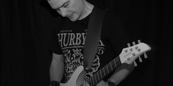 Photograph of Pole Folder playing the guitar edited by www.change-underground.com
