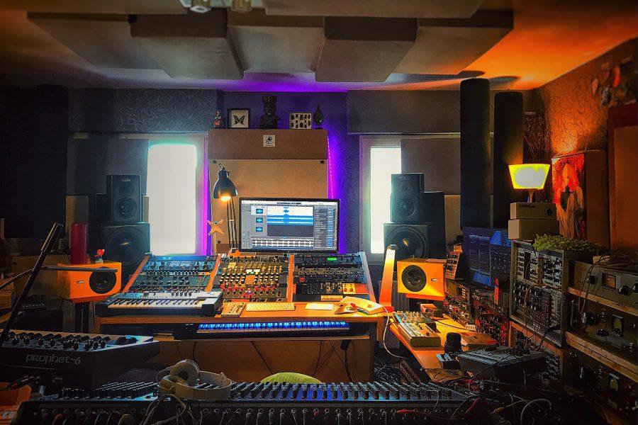 analogue junkie robert babicz studio shot
